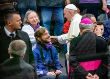 Az elrejtett magyar felirat, keménykedések és kéznyújtások a csíksomlyói pápalátogatáson