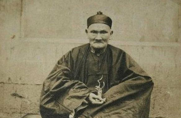 Született: 1677-ben, meghalt: 1933-ban