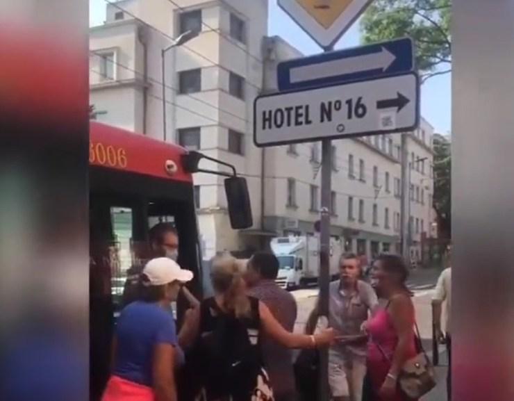 VIDEÓ: Az egyik troli sofőrje nem engedte fel a maszk nélküli tüntetőket a járatra – megfenyegették, hogy lerángatják a buszról