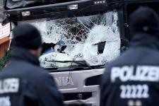 Autóbusz-megállóban várakozó emberek közé hajtott egy autó Berlinben