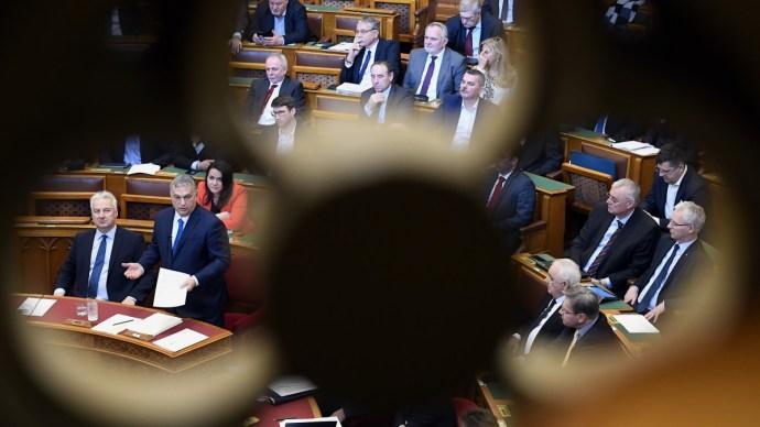 Össztűz alá vették Orbán Viktort a parlamentben – cikkünk frissül