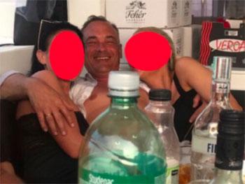 Méltatlanság: a polgármester ruhátlanul is polgármester – Borkai Zsolt megsértette a közszolgálati tisztviselőkről szóló törvényt