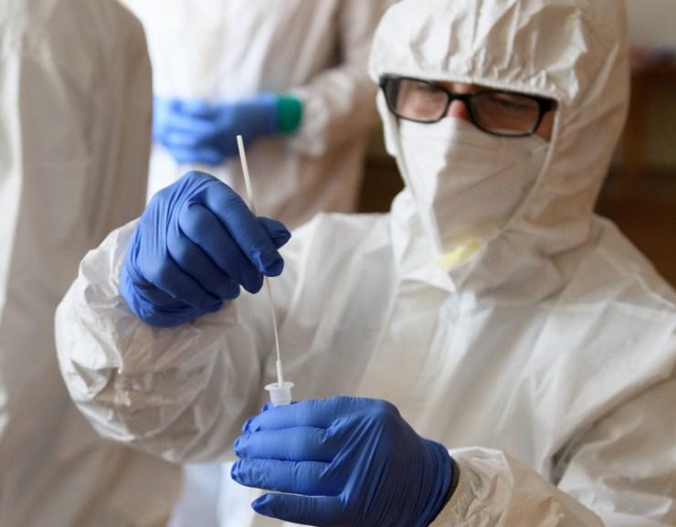 Koronavírus: két beteg elhunyt, ismét ezer fölött az új fertőzöttek száma