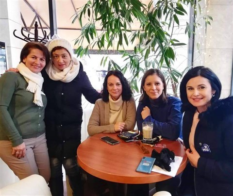 """Női kampányt indítanak a ballib traktoroslányok, mert """"ahol egy nő megjelenik a politikában, ott minden megoldódik"""""""