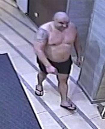 Megnyerő külsejű férfiakat keres a rendőrség: nyíregyházi fürdőből loptak (fotók)