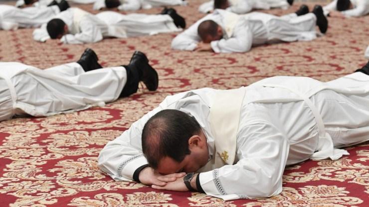 Öleljük át a keresztet! – Amerikai püspökök üzenete a papok megszentelődésének világnapján