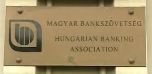 Szinte az összes hazai bank összejátszott, 4 milliárdos bírságot kapott a Bankszövetség