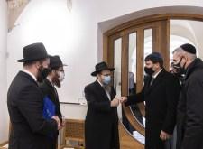 Ökölpacsi antimagyar szektás rabbikkal – Áder egészen a zsinagógáig ment egy kis alázkodásra