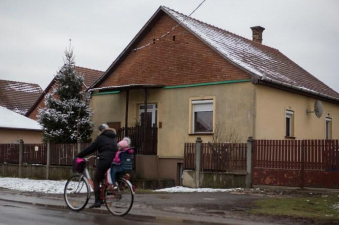 Rendőri rajtaütés Hajdúdorogon: hivatalnokok készítettek hamis okiratokat ukránoknak
