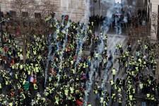 Röpködnek a könnygázgránátok és a kockakövek a Párizsban