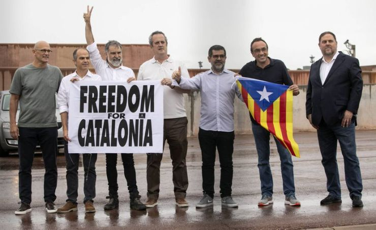 Elhagyták a börtönt a kegyelemben részesült katalán vezetők