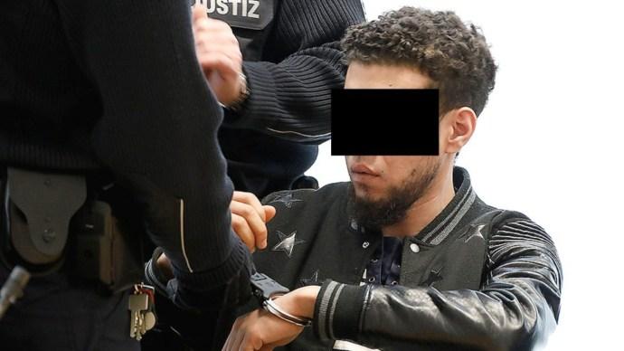 """""""Seggfejek! Megb***om a lányaitokat!"""" – közölte a német lányt rugdosó algériai """"menekült"""" a rendőrökkel"""