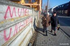"""""""Észrevétlen"""" magyargyalázás Marosvásárhelyen – a hatóságoknak nem szúrt szemet a forgalmas helyen díszelgő trágár felirat"""