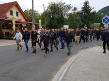 Toroczkai: soha többé nem maradhat válasz nélkül a cigány provokáció – hazafiak felvonulása a badacsonyi magyargyilkosság helyszínén