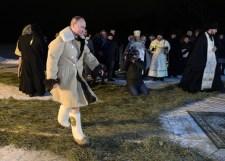 Putyin jeges vízben mutatta be, hogy még mindig a régi