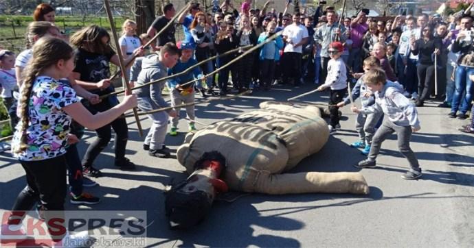 Feléledt a régi népszokás: Lengyelországban újra zsidó bábut égettek Húsvét alkalmából