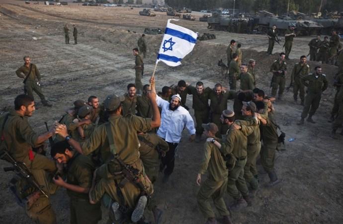 Kirobbanó a hangulat a gyermekmészárlásra készülő zsidó katonák körében: újabb videó mutatja be, hogyan táncolnak és énekelnek gyilkolászás előtt