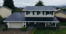 Megérkeztek a tetőkre a Tesla napelemes cserepei