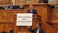 Megzavarták Orbán Viktor parlamenti felszólalását