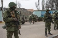 Krím: blokád alatt az ukrán laktanyák, kisbusszal érkeznek az orosz fegyveresek