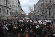 Több ezer diák tüntet a Kossuth téren