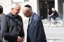 """Enyhén kétértelmű: a """"szegedi zsidó hitközség áldozatainak"""" avattak emlékművet Kiss-Rigóék Szegeden"""