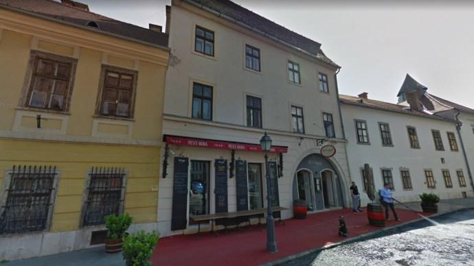 Bezárták a tüntetőket Zsidai Roy budai éttermébe, rendőri intézkedés várható