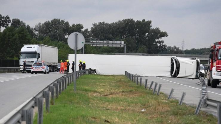 Felborult egy kamion az M0-s autóúton – fotók