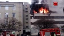 Így menekültek a lángoló épületből az emberek Harkivban(video)