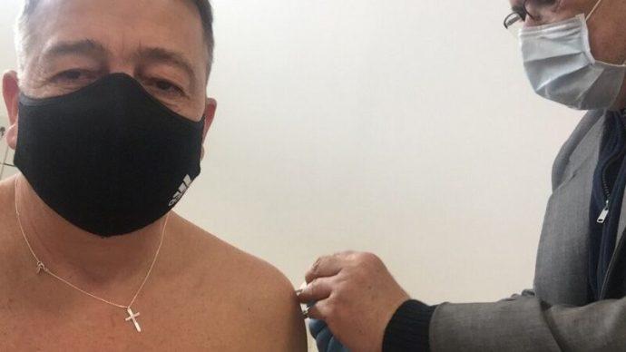 Bayer Zsolt megkapta a kínai vakcina első adagját