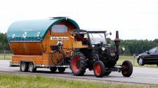 Helló Moszkva! Traktorral megy a focivébére egy német drukker