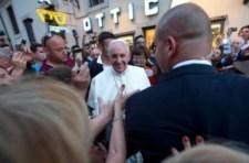 Ferenc pápa beugrott egy római optikushoz