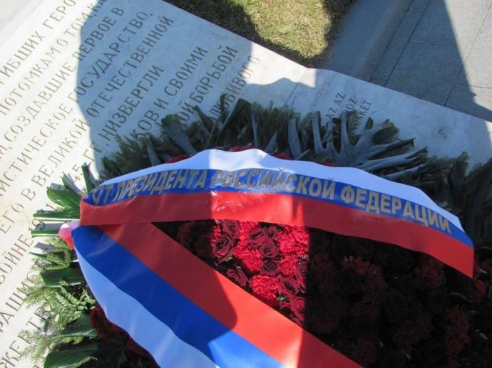 Vlagyimir Putyin koszorújának nyomában a Fiumei úti temetőben