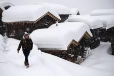 Hóvihar tombol az Alpokban. Turisták ezrei ragadtak a küvilágtól elvágott síközpontokban