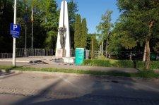 Mozgóvécéket helyeztek az ismeretlen román katona emlékmûve mellé Csíkszeredában