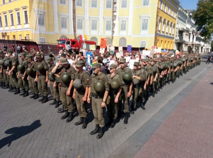 Odesszában nyoma sem volt büszkeségnek: sértődötten ücsörögtek a buzik a földön, majd szépen elvitték őket