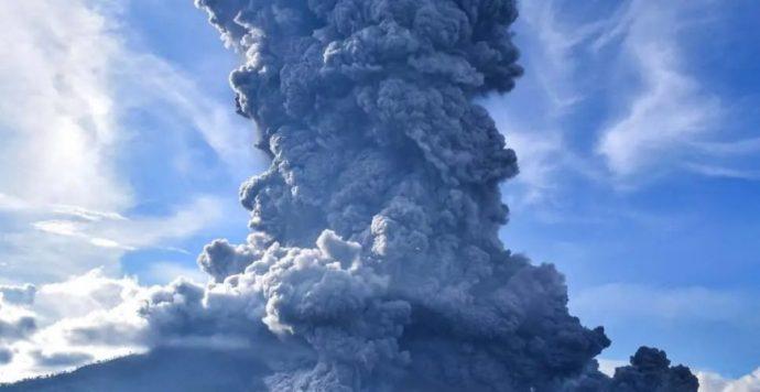 Kitört a Sinabung vulkán, hatalmas pánikot keltett a 8 kilométeres hamuoszlop (Videó)