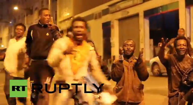 VIDEÓ: Újabb 400 fekete-afrikai néger tört be Spanyolországba, sikerükre örömtáncot járnak