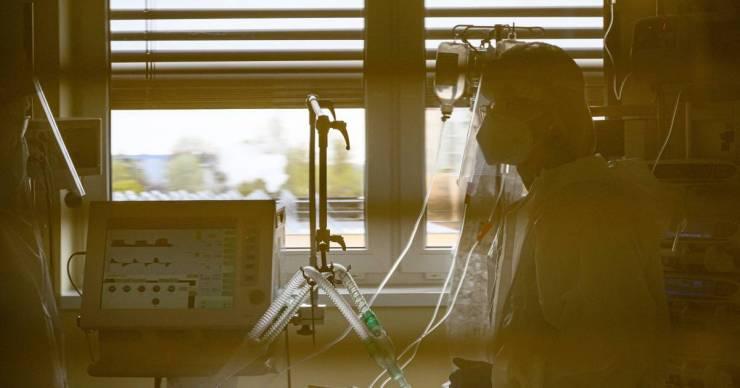 Nőttek a napi esetszámok: 12-en meghaltak, 371-en megfertőződtek