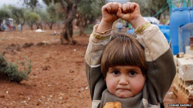 Sokkoló gyermekfotó a háborúból
