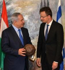 Puskás Öcsi által dedikált labdát ajándékozott Szijjártó az izraeli miniszterelnöknek Jeruzsálemben