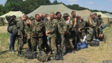 Ukrán hadifoglyokat vezettek végig demonstratív módon az utcán