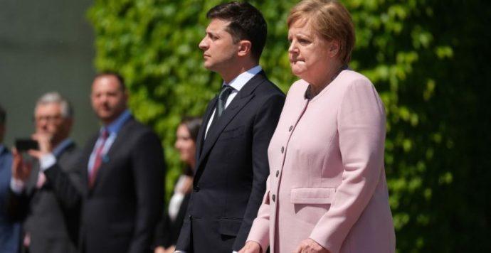 Merkel rosszul lett a tűző napon, amikor Zelenszkijt fogadta (videó)