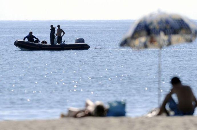 A tengerben áztatta a lábát, amikor eltalálta a golyó