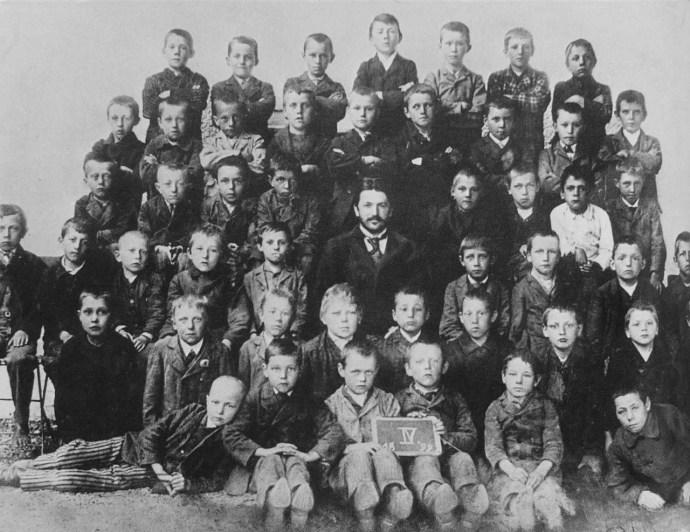 Adolf Hitler 10 éves korában (fent, középen) egy általános iskolai csoportképen Leondingbe, Ausztriában (1899 szeptember)