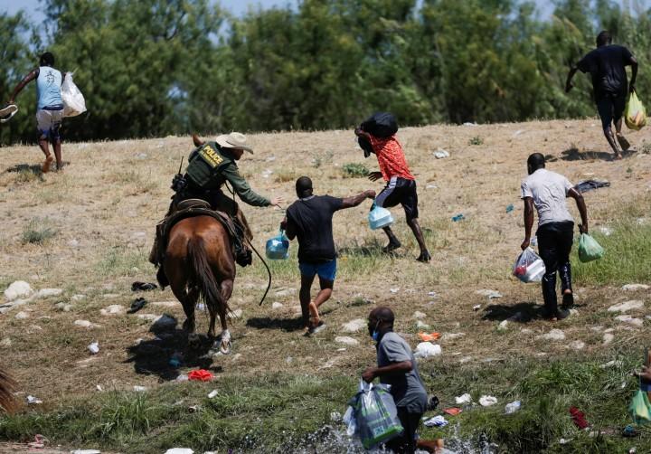 Szégyennek nevezte Joe Biden, ahogyan a határőrök a haiti menedékkérőkkel bántak