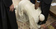 A pápa letérdelt és lábat csókolt a dél-szudáni vezetőknek