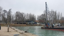 Már bontják a régi kikötőt Balatonfüreden