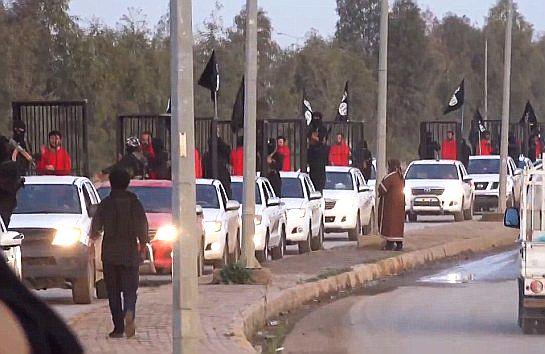 Ketrecbe zárt foglyokat hurcolt végig Kirkukban az Iszlám Állam