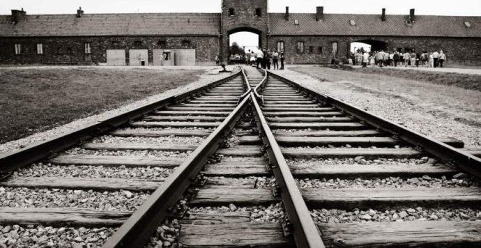 Auschwitzi koncentrációs táborral dekorált karácsonyi díszeket árult az Amazon